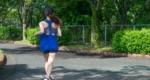 公園を走る女性ランナー