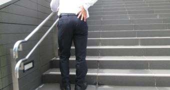 階段を登れない脊柱管狭窄症の男性