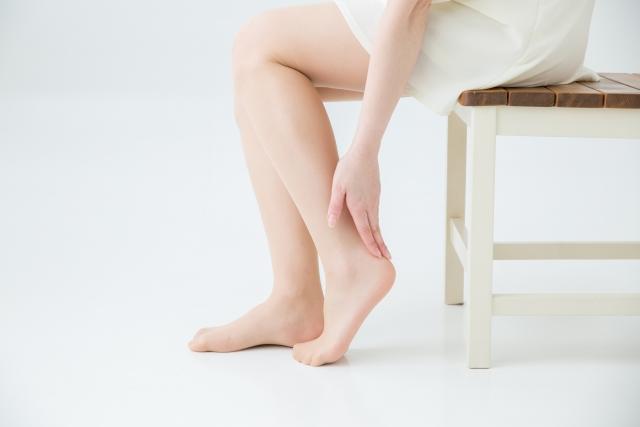 踵が痛い女性